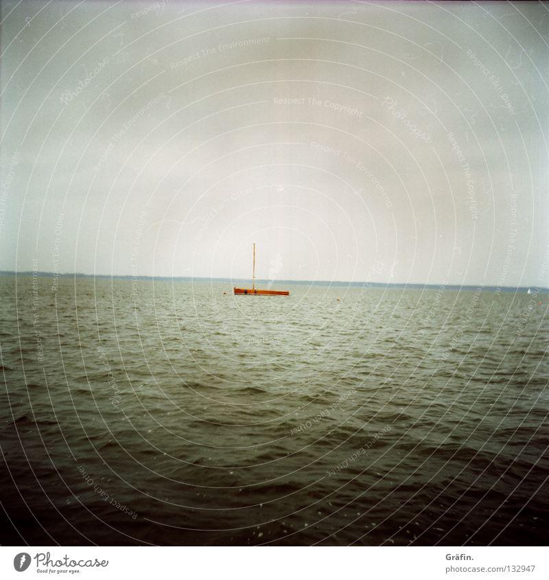 Auswanderer Wasserfahrzeug See Meer Wellen Ekel grau Wolken schlechtes Wetter Unwetter Holz Segelboot Horizont Steinhuder Meer Binnensee Ferne Einsamkeit