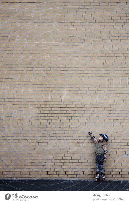 The Wall Kind Mädchen Rollschuhe Inline skates Haus Wand Mauer Größenunterschied Dimension Partnerschaft groß klein Macht winzig verloren Richtung Freiraum
