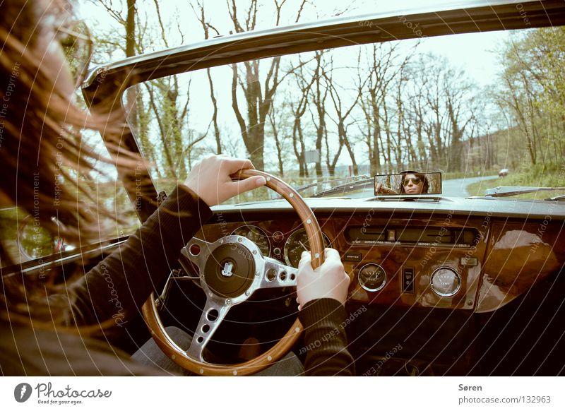 Cruise Oldtimer fahren Umwelt Lenkrad Arbeit & Erwerbstätigkeit Umweltsünder Fahrtwind Luft Allee Cabrio Frau Sonnenbrille Verkehr durchsichtig Sommer