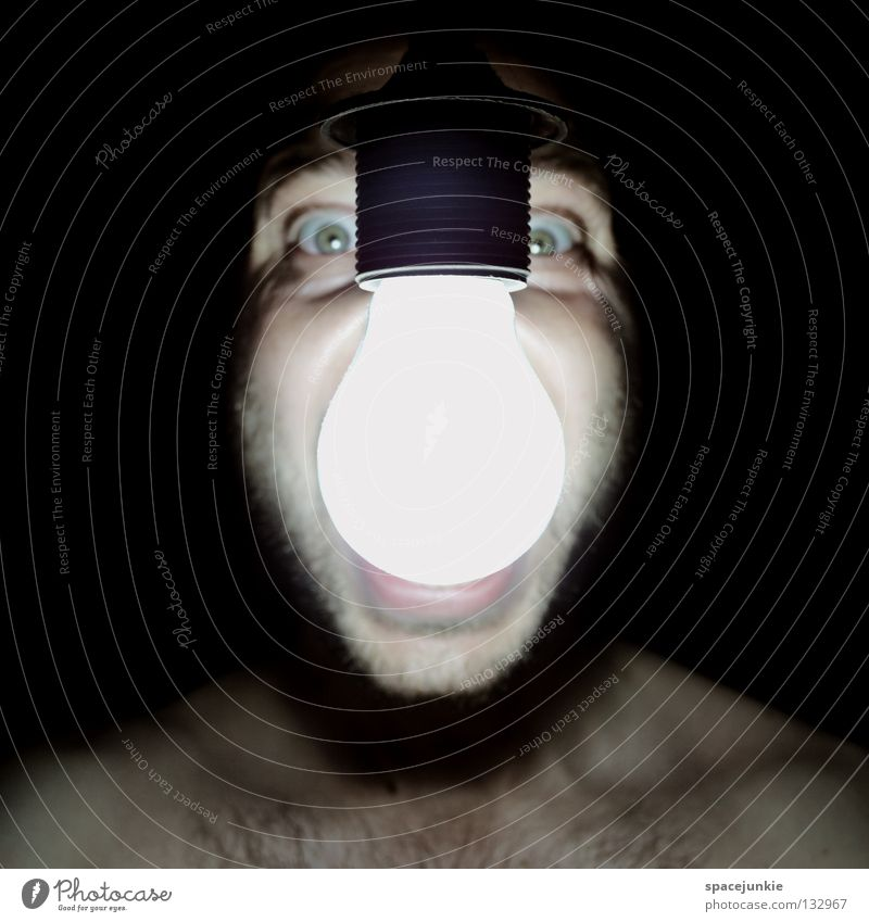 Light Mann schreien Porträt Freak Angst beängstigend dunkel schwarz Zähne zeigen böse verrückt Licht Glühbirne Elektrizität Stromverbrauch Kraft Freude Gesicht