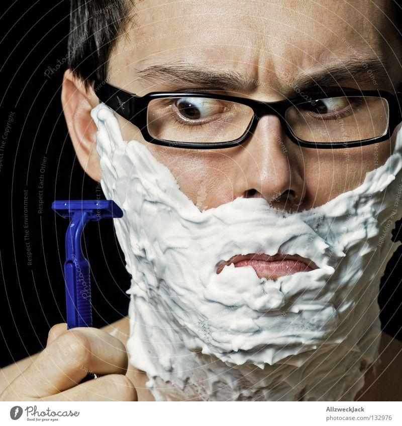 tollwütig Mann weiß Brille Reinigen Schaum skeptisch Anschnitt Körperpflege Misstrauen Rasieren Brillenträger unrasiert Rasierer Skeptiker kürzen Männergesicht