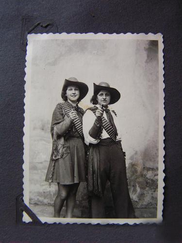 Meine Oma fährt im Hühnerstall Motorrad... Cowboy alt Frau Schwester Geschwister Fotoalbum Erinnerung Freude Karneval Großtante verkleiden Maske Cowgirl Paar