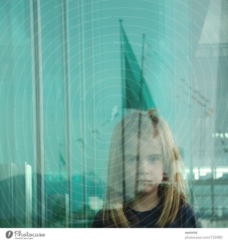 between Frau Mensch Kind Mädchen grün blau Farbe lachen Gebäude hell See Wasserfahrzeug Kunst Wind Glas Perspektive