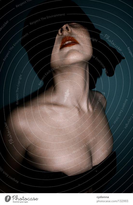 BLIND II Frau Licht stehen Gedanke Zeit Gefühle wahrnehmen Stil Lippen bleich Auslöser Oberkörper geschlossene Augen blind Gerechtigkeit hören Sinnesorgane
