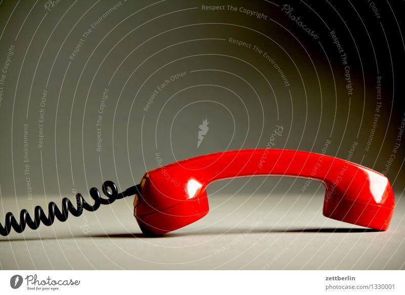 Telefoniergerät alt rot Ferne sprechen liegen Textfreiraum Kommunizieren Telekommunikation Kabel Fernweh Verbindung analog abgelegen antik Draht