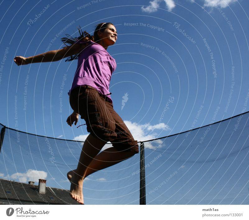 Einfach Fliegen Frau Himmel blau springen Haare & Frisuren braun Wind fliegen violett brünett Funsport Trampolin Sport