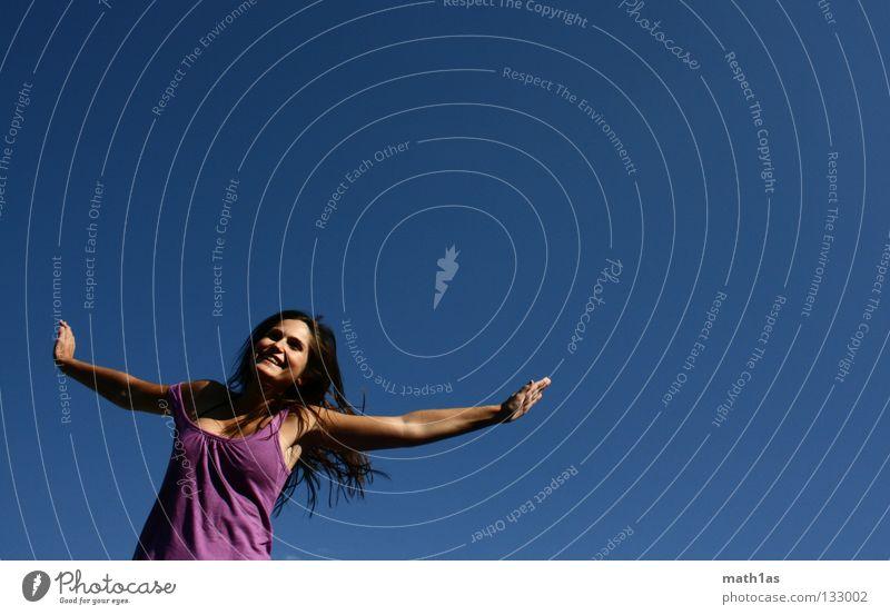 Hanna in the sky with diamonds Frau Himmel blau Freude Gesicht Freiheit springen Haare & Frisuren braun Wind fliegen violett Sport brünett Trampolin