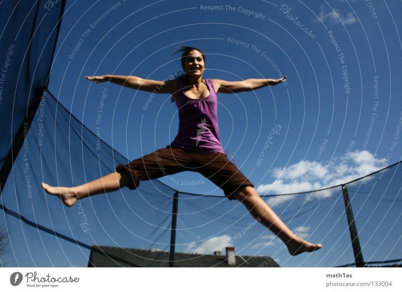 Frühlingsfee Frau Himmel blau Freiheit springen Haare & Frisuren braun Wind fliegen violett Sport brünett Funsport Trampolin