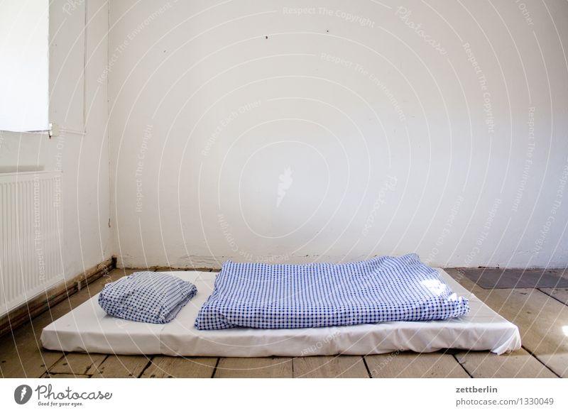 Unterkunft Bett Bettwäsche Liege Schlafmatratze Matten feldbett notleidend Decke Kissen Bettlaken Raum Innenarchitektur Wand Einsamkeit einzeln Menschenleer