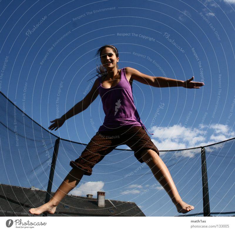 Verkrampfte Hampelfrau Frau Himmel blau Freude springen Haare & Frisuren braun Wind fliegen violett brünett Porträt Trampolin Sport