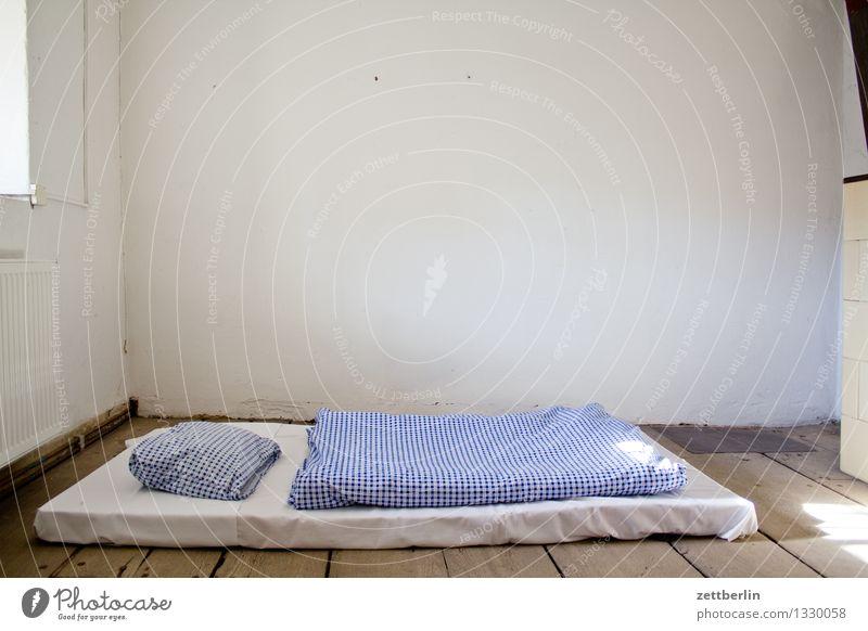 Bett Bettwäsche Liege Schlafmatratze Matten feldbett Unterkunft Armut hilflos notleidend Decke Kissen Bettlaken Raum Innenarchitektur Wand Einsamkeit einzeln