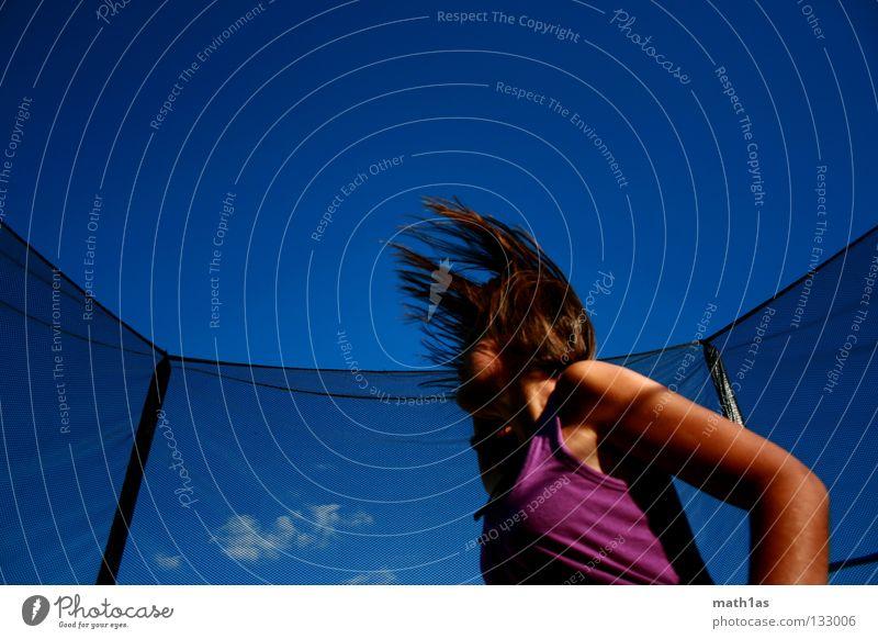 Rocking the Tramp Frau Himmel blau Haare & Frisuren springen braun Wind fliegen violett brünett Funsport Trampolin
