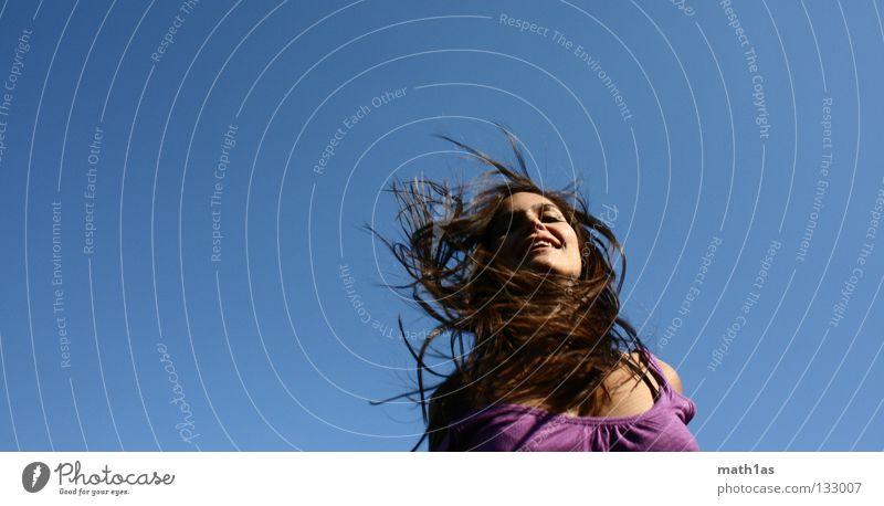 Hanna Frau Himmel blau Freude Gesicht springen Haare & Frisuren braun Wind fliegen violett brünett Mensch Trampolin