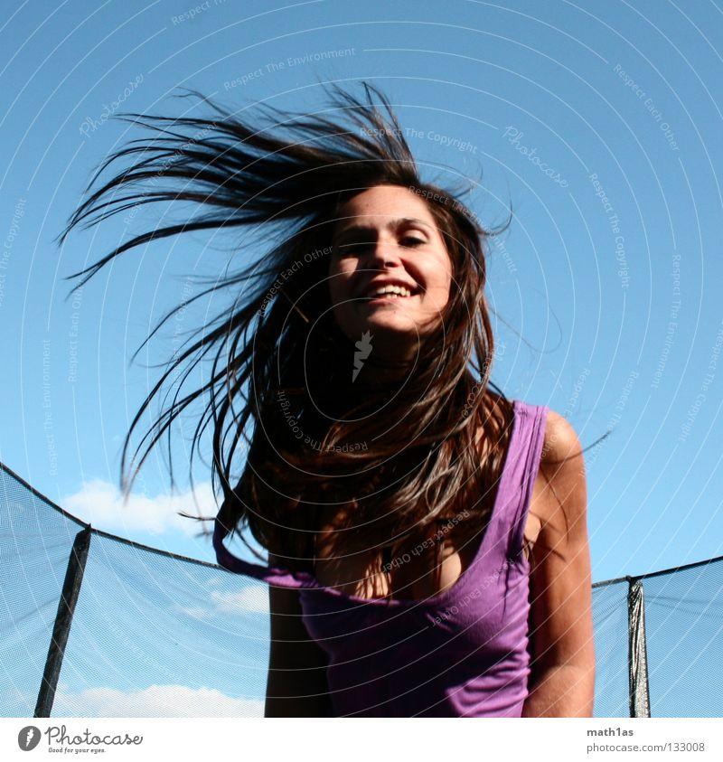Wuhuu Frau Himmel blau Freude Gesicht springen Haare & Frisuren braun Wind fliegen violett Porträt Sport brünett Trampolin
