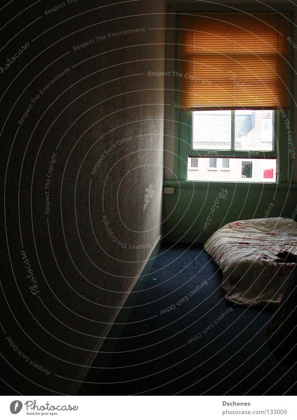 Da sitzt man nun. Bett Schlafzimmer schlafen Hotel Herberge Versteck Pause ruhig Freizeit & Hobby Gemach Einzelzimmer