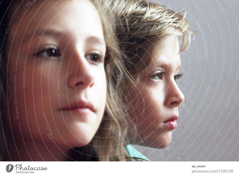 Geschwister Mädchen Junge Bruder Schwester Kindheit Leben Gesicht 2 Mensch 8-13 Jahre Blick warten authentisch Zusammensein einzigartig braun türkis Gefühle