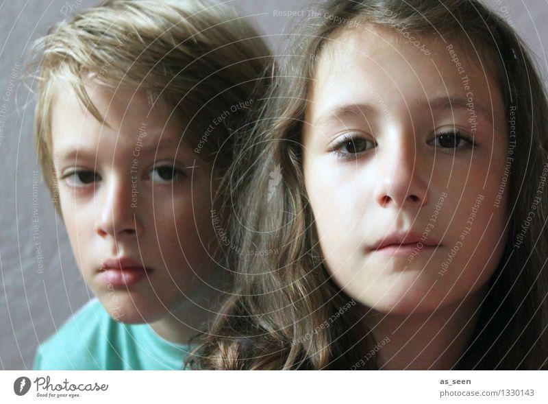 Bruder und Schwester Mädchen Junge Geschwister Kindheit Leben Gesicht 2 Mensch 8-13 Jahre brünett blond Blick warten authentisch einzigartig braun türkis