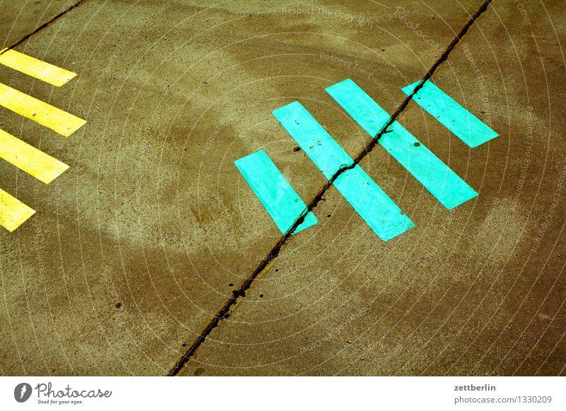 Streifen Straße Bürgersteig Asphalt Schilder & Markierungen Muster parallel grau gelb grün rot weiß Bild Signal Piktogramm Farbe Kunst abstrakt mehrfarbig