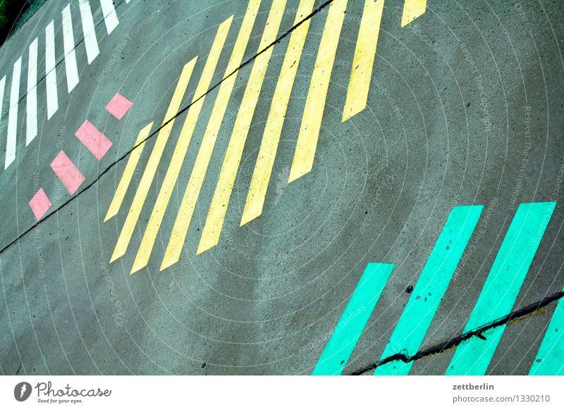 Muster grün Farbe weiß rot gelb Straße grau Kunst Textfreiraum Schilder & Markierungen Streifen Bürgersteig Asphalt Bild parallel Signal