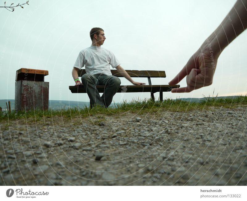 MySpace Müllbehälter Hand T-Shirt weiß Hose groß erschrecken erstaunt heben Reaktionen u. Effekte Angst Panik Bank Rasen Stein Himmel Wege & Pfade Jeanshose