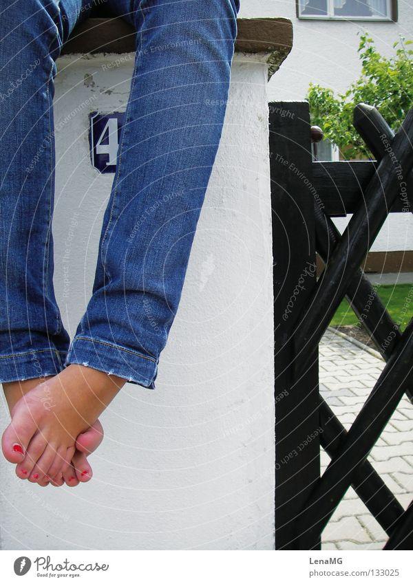 Straßensession Nagellack rot mehrfarbig eng Zaun braun Holz Mauer grün Wiese Hose Barfuß Sommer Erholung Physik Geborgenheit Außenaufnahme Freude Fuß verkreuzt