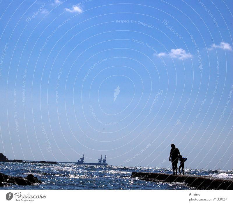 Tiefenfreude Mensch Himmel blau Meer ruhig Graffiti Gefühle Freiheit Linie hell Horizont Wellen Energiewirtschaft Elektrizität Hafen Zärtlichkeiten