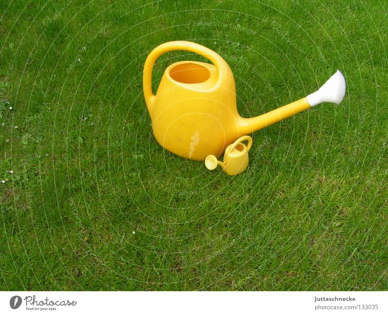 Father and Son Kannen Gießkanne grün gelb Wiese Gras gießen Gärtner Gartenarbeit Spielzeug Wachstum nass klein groß Kuscheln Schutz Beschützer Sicherheit
