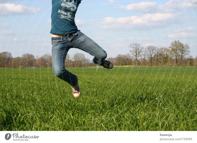 Sprung in den Frühling blau grün Wolken Frühling springen Feld Anschnitt Rapsfeld