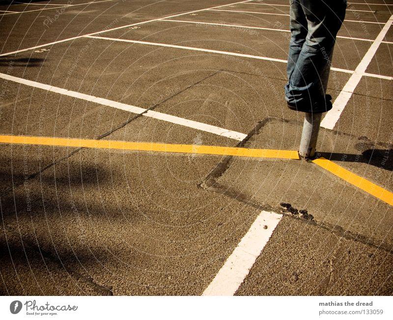 HOCHWASSERVORBEREITUNG parken Parkplatz Rechteck weiß gelb Sonnenlicht Asphalt kalt Physik hart Erholung Mann Rastalocken Einsamkeit genießen Sonnenbad hängen