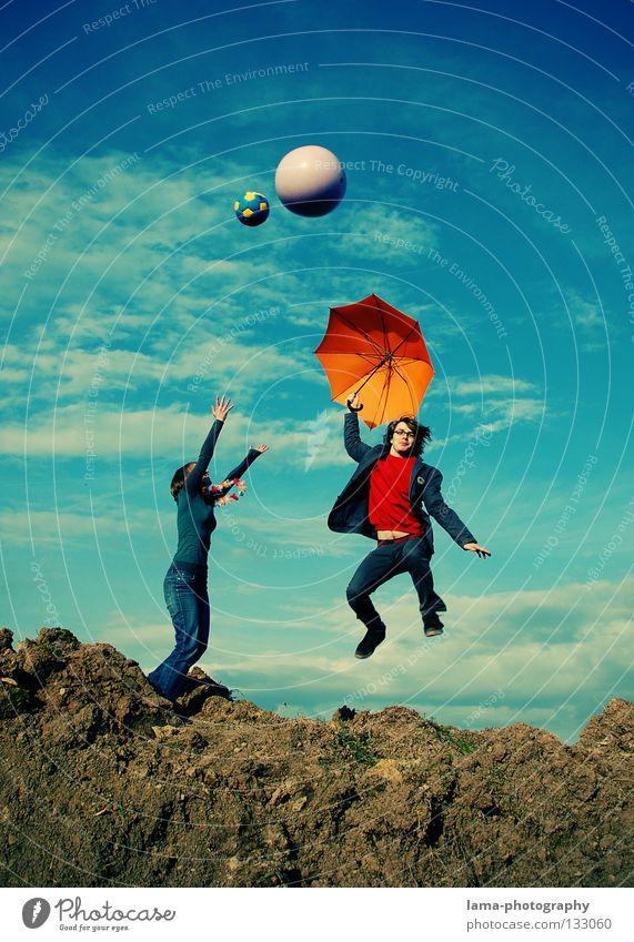 Die Leichtigkeit des Seins Frau Himmel Mann Natur Jugendliche Freude Sommer Wolken Spielen Berge u. Gebirge springen Paar hell orange Erde gehen