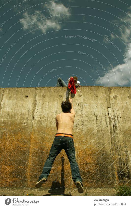 THE WALL | INTER-RELATION Wand Beton Mann maskulin freizügig Laufsteg laufen hüpfen springen Schweben Glas links Detailaufnahme Funsport Mensch unten ohne run