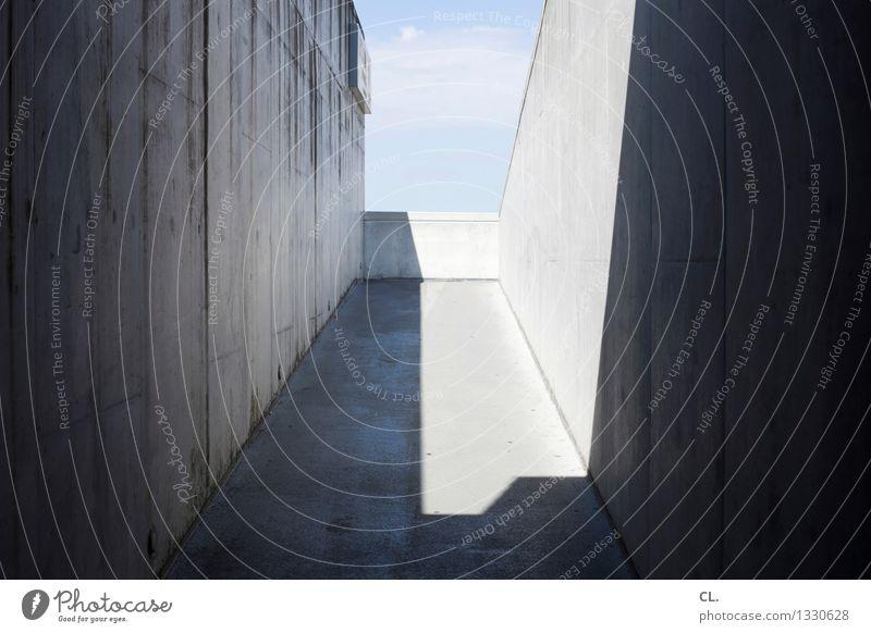 porto / alle reden vom wetter Himmel Wolken Schönes Wetter Menschenleer Bauwerk Gebäude Architektur Mauer Wand Gang ästhetisch eckig Stadt blau grau Perspektive
