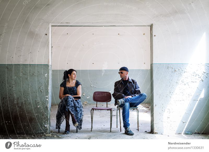 Blickkontakt Innenarchitektur Möbel Stuhl Mensch maskulin feminin Frau Erwachsene Mann Leben 2 Gebäude Mauer Wand Kleid Sonnenbrille Mütze beobachten sprechen