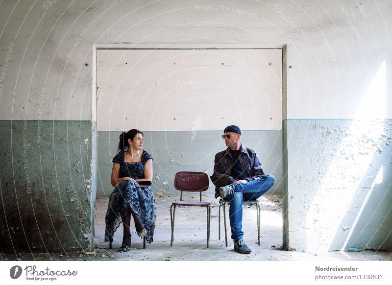 Blickkontakt Mensch Frau Mann Erwachsene Wand Leben Innenarchitektur Gefühle sprechen feminin Gebäude Mauer Zusammensein maskulin warten Kommunizieren