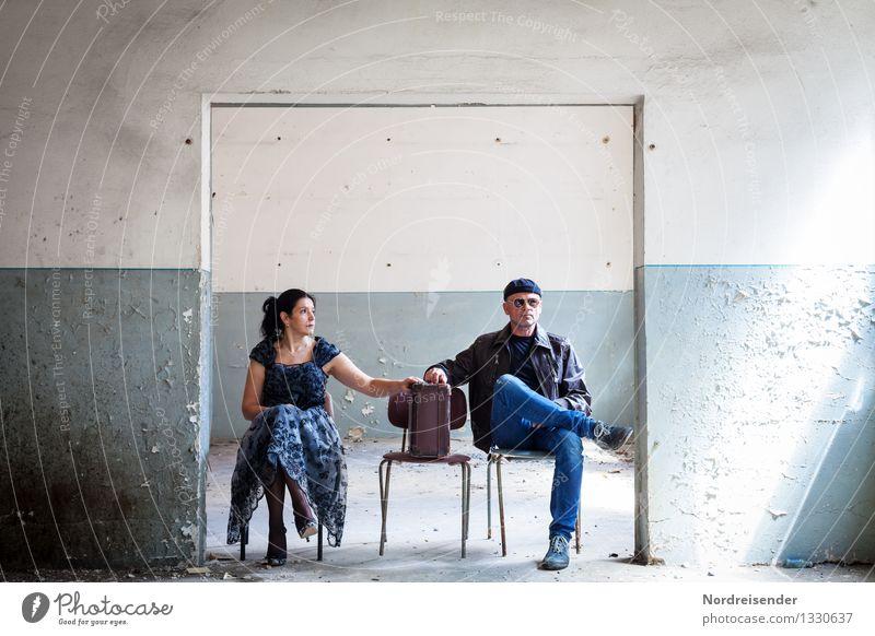 Initiative.... Mensch Frau Mann Erotik Erwachsene Wand feminin Mauer maskulin Raum Tür dreckig sitzen warten Kommunizieren kaputt