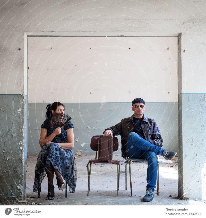 Dr. Seltsam Mensch Frau Mann Erwachsene Wand Innenarchitektur feminin Mauer Mode maskulin Raum Tür verrückt warten Kommunizieren planen