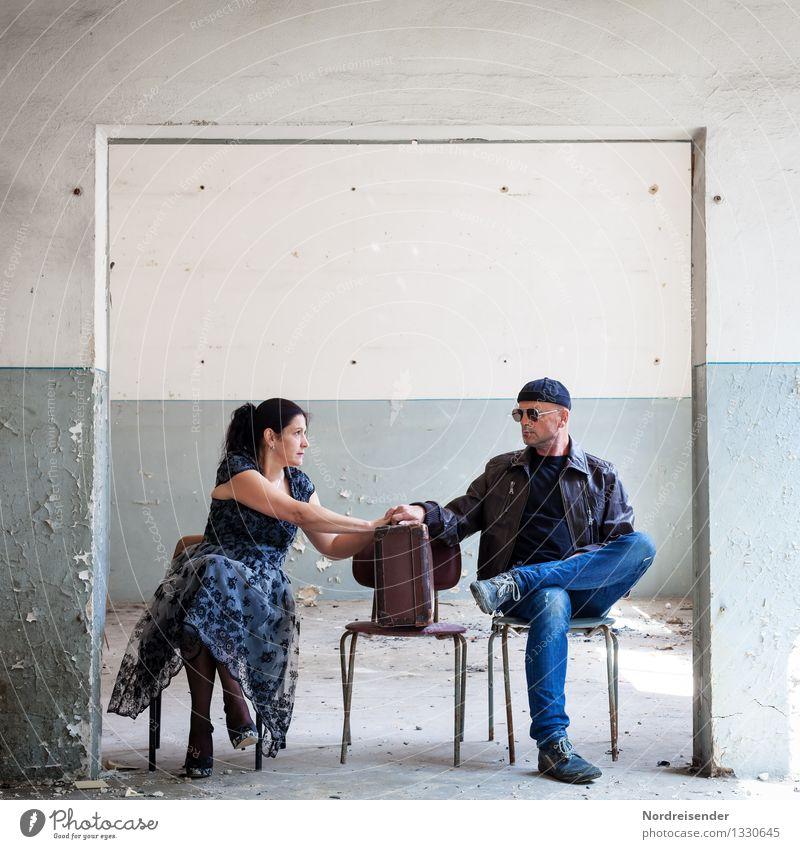 Konflikt..... Stil Renovieren Innenarchitektur Möbel Stuhl Raum Flirten Mensch Frau Erwachsene Mann 2 Theaterschauspiel Mauer Wand Kleid schwarzhaarig