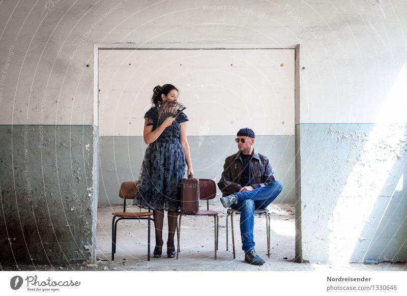 Die Fremde.... Mensch Frau Ferien & Urlaub & Reisen Mann blau weiß Ferne Erwachsene Wand Leben Gefühle feminin Mauer Lifestyle maskulin Raum
