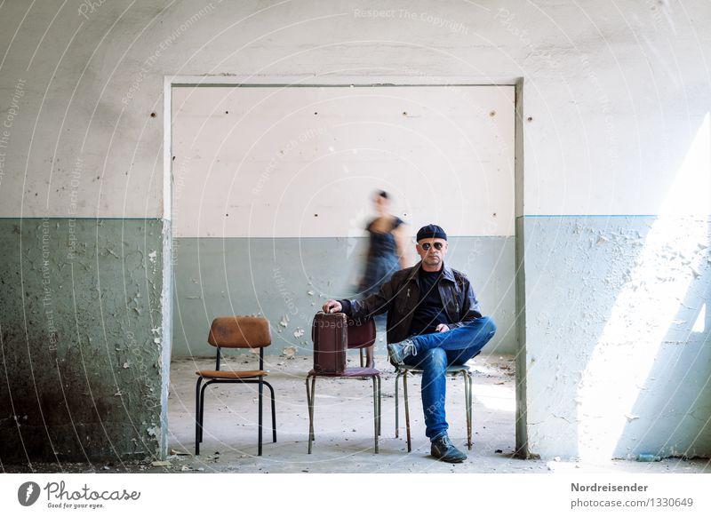 Durchreise Mensch Frau Mann blau Reisefotografie Erwachsene Wand Leben Innenarchitektur Mauer Raum Tür warten retro kaputt Coolness