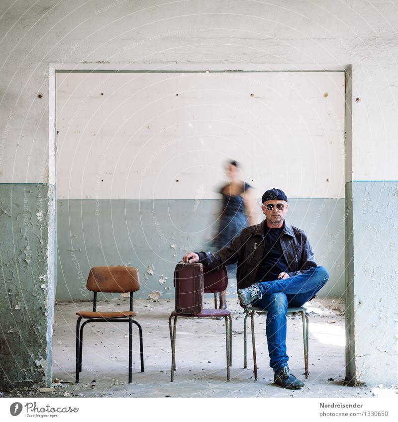 Im Hintergrund Mensch Frau Ferien & Urlaub & Reisen Mann Einsamkeit Erwachsene Leben Innenarchitektur Stil Stimmung Raum sitzen warten bedrohlich Stuhl