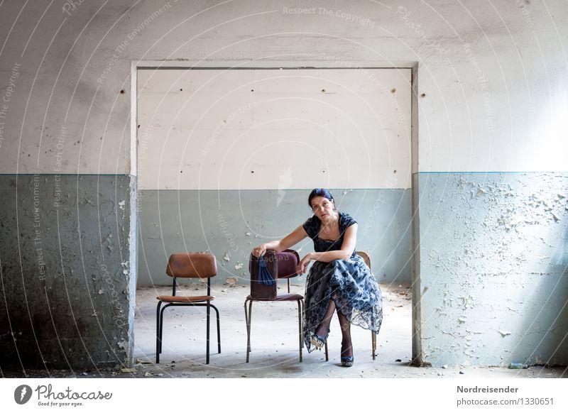 Aufbruch..... Mensch Frau Ferien & Urlaub & Reisen blau Einsamkeit Erwachsene Wand Innenarchitektur feminin Gebäude Mauer Mode Raum Tür elegant trist