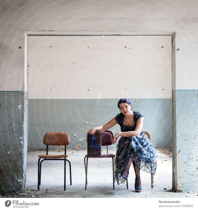 Deplatziert Ferien & Urlaub & Reisen Renovieren Innenarchitektur Möbel Stuhl Raum Mensch feminin Frau Erwachsene 1 Theaterschauspiel Kleinstadt Mauer Wand Tür