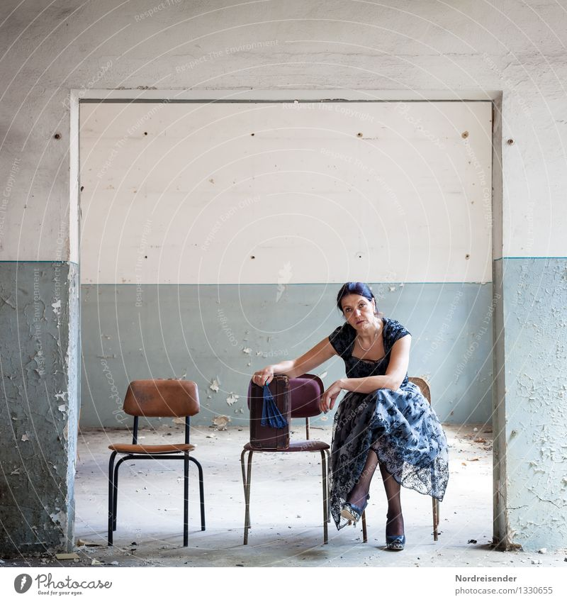 Deplatziert Mensch Frau Ferien & Urlaub & Reisen blau Einsamkeit Erwachsene Wand Innenarchitektur Wege & Pfade feminin Mauer Raum Tür trist ästhetisch warten
