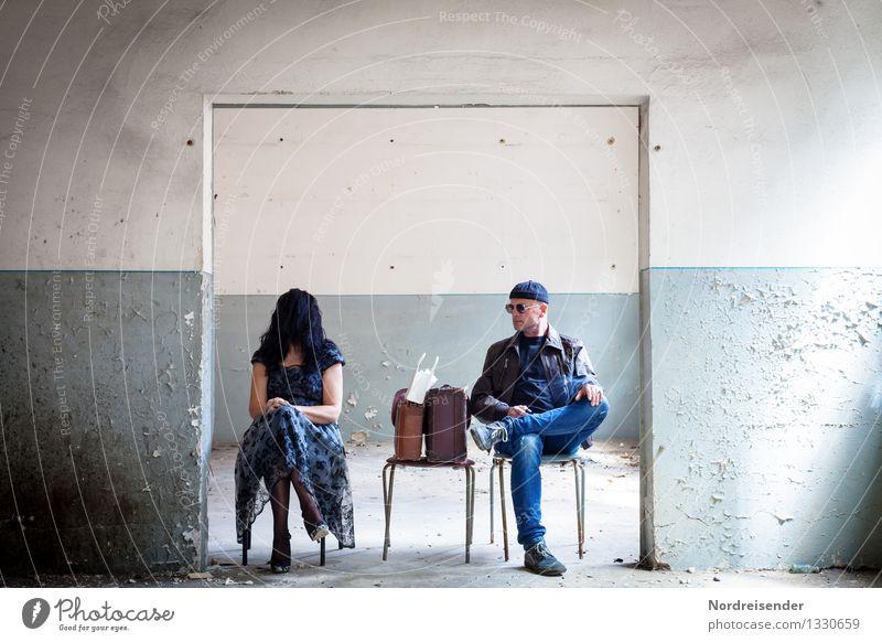 Comic l Armlänge Abstand Mensch Frau Mann blau Erwachsene Wand Innenarchitektur feminin Mauer außergewöhnlich maskulin Raum warten retro beobachten Hoffnung
