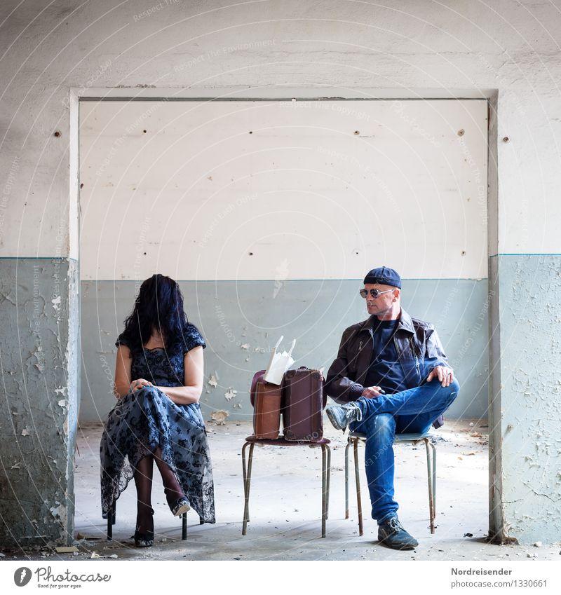 Skurrile Szene zwischen Frau und Mann in einem alten Haus Innenarchitektur Stuhl Raum Flirten Mensch maskulin feminin Erwachsene Theaterschauspiel Architektur