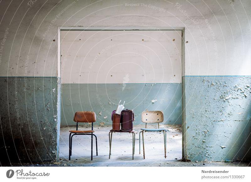 Drei.... Renovieren Umzug (Wohnungswechsel) Innenarchitektur Möbel Stuhl Raum Architektur Mauer Wand Tür Koffer warten retro Hoffnung Fernweh Rätsel
