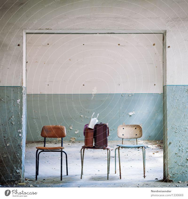 Heimkommen | Reisegepäck Ferien & Urlaub & Reisen blau weiß Einsamkeit Haus Innenarchitektur Zeit Raum dreckig warten retro Stuhl Umzug (Wohnungswechsel) Möbel