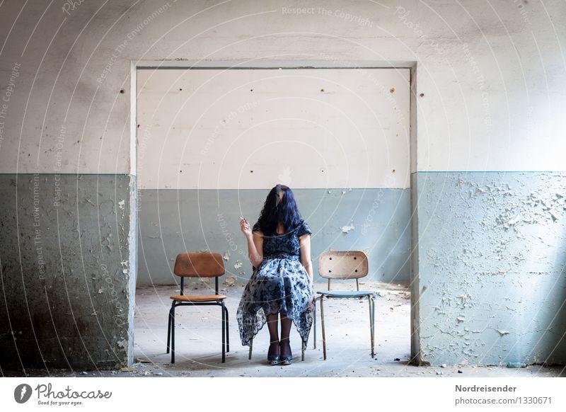 Haarsalat..... Mensch Frau Erwachsene Wand Architektur Innenarchitektur feminin Stil Mauer Haare & Frisuren Mode Design Raum Tür sitzen warten