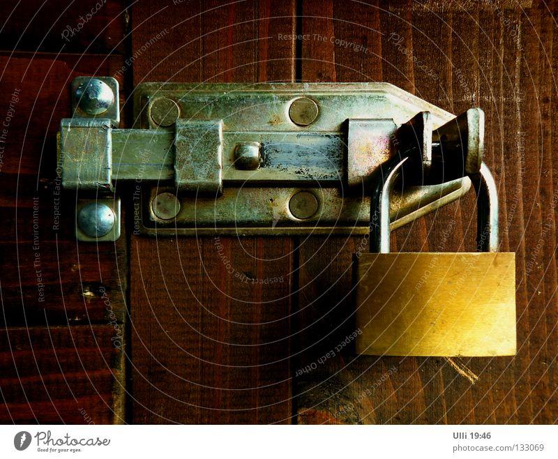 Kein Durchkommen! ruhig Holz Tür geschlossen Sicherheit Schutz Metallwaren Rost Schloss Barriere Maserung Niete Riegel Vorhängeschloss Beschläge