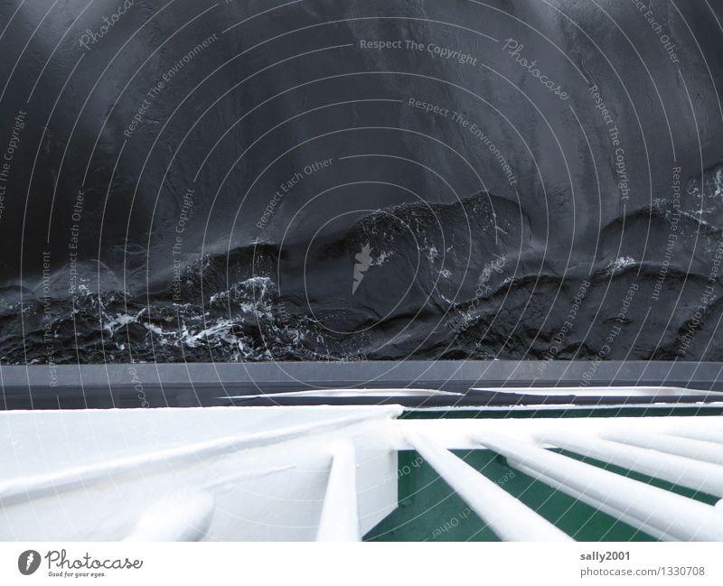 dunkle Wasser... Wasser weiß Meer Einsamkeit dunkel schwarz außergewöhnlich Wellen bedrohlich Höhenangst unten Schifffahrt Reling Fähre Endzeitstimmung Passagierschiff